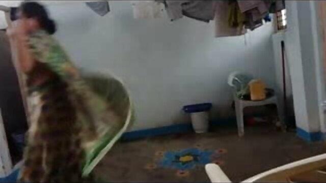 ஹார்னி பெண் தனது திருமண நிச்சயதார்த்தத்திற்காக காத்திருக்கும் தனது ரூம்மேட்டைப் பிடிக்கிறாள் - சிறந்த செக்ஸ் வீடியோ hd பிரேசர்கள்